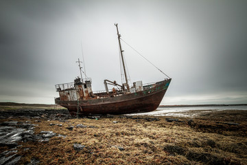 Foto auf AluDibond Schiff Abandoned ship on the coast of the Arctic Ocean.