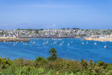 Poster de jardin Océanie Camaret-sur-Mer, panorama of the harbor with typical houses and boats, the chapel and the Vauban tower, beautiful french city in Brittany