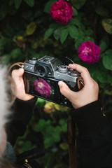Kind fotografiert eine Blume