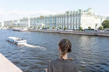 Fotobehang Dubai Teenanger schaut über die Newa auf die Eremitage in St. Petersburg Russland