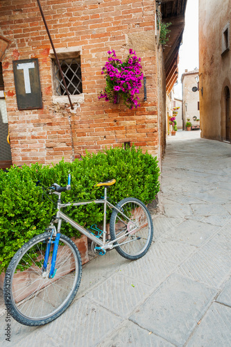 Fototapete Bicycle in charming street in old town Pienza of Tuscany, Italy, Europe