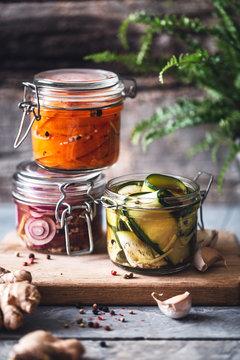 Légumes Marinés en Pots. Pickle de Carotte, Oignon et Courgette pour l'Hiver.