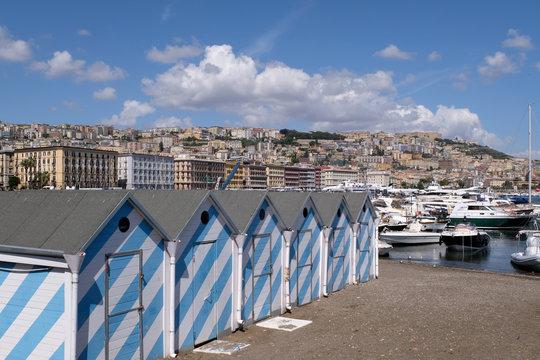 Cabines de plage du quartier de Mergellina à Naples