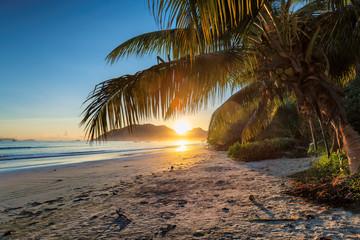 Fototapete - Sunrise over the ocean in Praslin, Seychelles