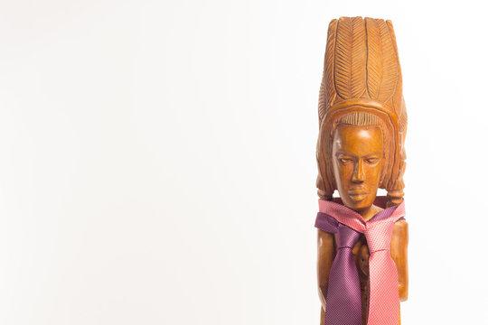 Talla de madera con forma de indio con corbatas bien anudadas; nudo de corbata en una talla con forma humana