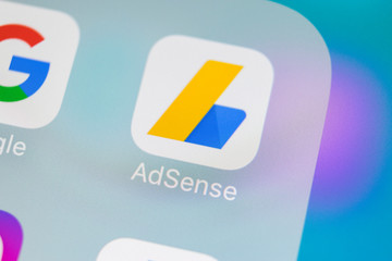 Outils Google pour entreprises Sankt-Petersburg, Russia, March 15, 2018: Google AdSense application icon on Apple iPhone X screen close-up. Google AdSense app icon. Google AdSense application. Social media network
