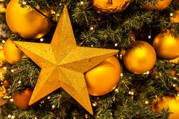 Weihnachtsbaum geschmückt Stern Kugeln