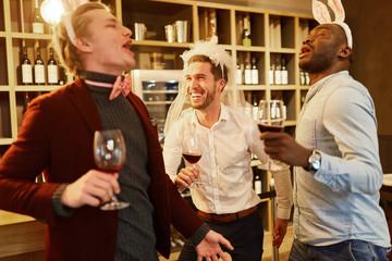 Freunde feiern ausgelassen den Junggesellenabschied