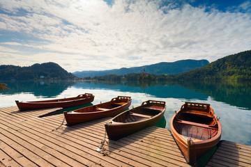 Beautiful landscape with boats moored on lake Bled (Blejsko jezero) in the Julian Alps of Slovenia Fototapete