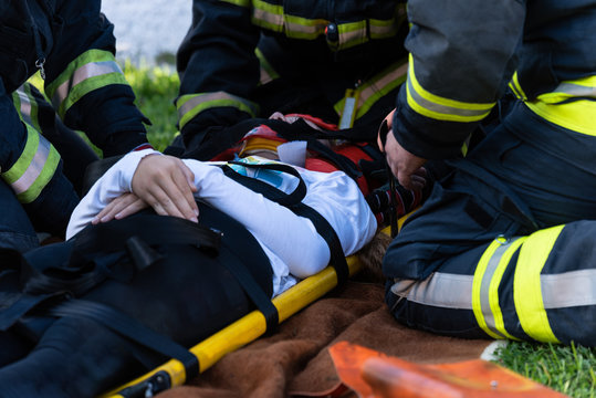 The victim in a car accident lies on a stretcher