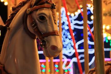 夜の遊園地 メリーゴーラウンドの木馬の頭部
