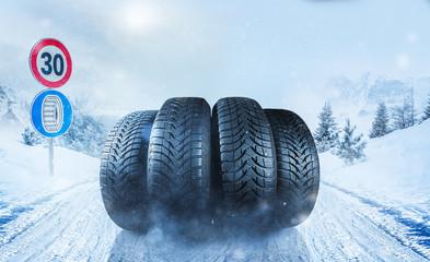 Autoreifen auf schneebedeckter Fahrbahn