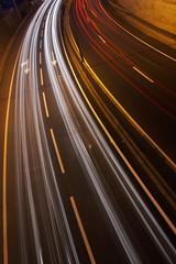 foto noturna de auto-estrada com veículos em movimento