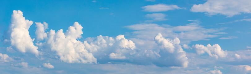 Blauer Himmel mit Wolken ein Panorama