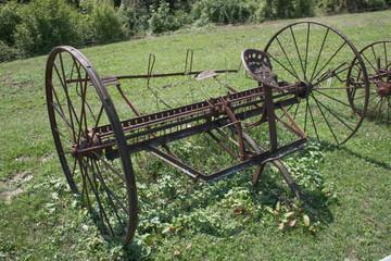Alte historische landwirtschaftliche Geräte und Maschinen