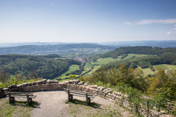 Küssaburg mit Panoramasicht von einer Plattform an einem schönen Sommertag
