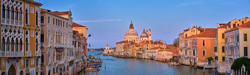 Photo sur Plexiglas Venice Panorama of Venice Grand Canal and Santa Maria della Salute church on sunset