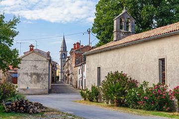 Strasse mit alten Gebäuden in dem kroatischen Bergdorf Draguc in Kroatien