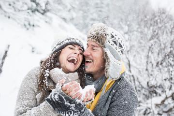 Pärchen im Schnee ist verliebt und schmust
