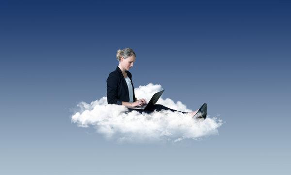 Arbeiten in der Cloud – Frau am Laptop