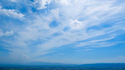 【写真素材】 青空 空 市街地 秋の空 背景 背景素材 9月 コピースペース
