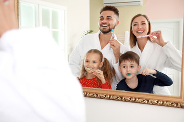 Fotomurales - Family brushing teeth in bathroom