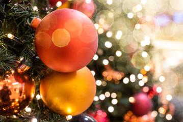 Weihnachten Christbaum mit Dekoration und Reflektionen