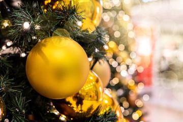 Christbaum festlich geschmückt leuchten Christbaumkugeln