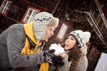 Fototapete - Pärchen im Winter vor Holzhütte