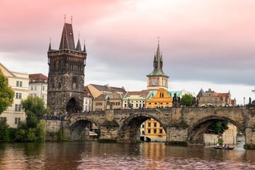 Karksbrücke in Prag mit rotem Himmel
