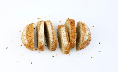 Fette di pane integrale con semi su  sfondo bianco