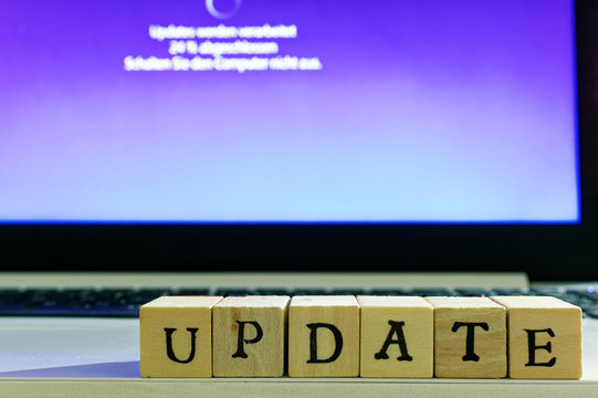 Schrift Update mit Update-Vorgang im Hintergrund bei der Konfiguration des Computers