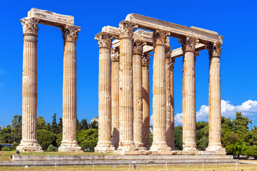 Fototapete - Olympian Zeus temple in summer, Athens, Greece. It is one of top landmarks of Athens. Majestic view of Ancient Greek ruins in summer. Great columns of the famous Zeus house in the Athens city center.