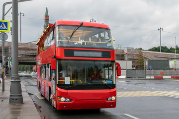 Foto op Aluminium Londen rode bus red tourist bus in the center of Moscow, tours of the capital of Russia.