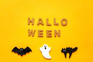 オレンジバックにHALLO WEENの文字と白いオバケと黒のコウモリと黒猫