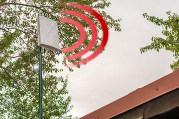 LTE Außenantenne auf dem Dach eines Hauses für besseren Empfang und schnelleres Internet