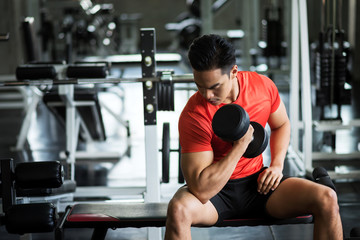dumbbell exercise in fitness gym Fototapete