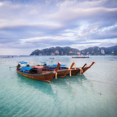 Fototapete - Tropical sandy beach with wooden boats on foreground - Phi-Phi island Long beach panorama, Krabi Province, Thailand