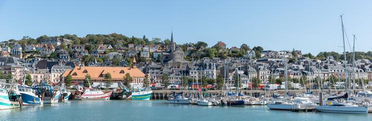 Panoramafoto vom Hafen in Trouville, Normandie, Frankreich Fototapete