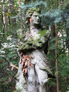 Alte Steinfigur im Wald