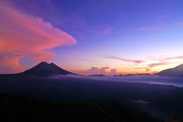 vor sonnenaufgang am vulkan gunung batur auf bali in indonesien