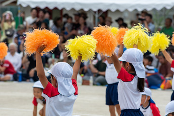 運動会応援している幼稚園の子供達