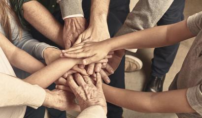 Fototapeta Viele Hände einer Familie als Netzwerk Header obraz