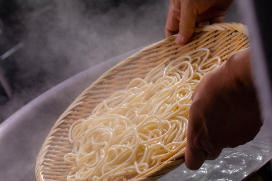 The bamboo pole picks up the hot noodles in the cauldron, and the noodle teeth have an appetite