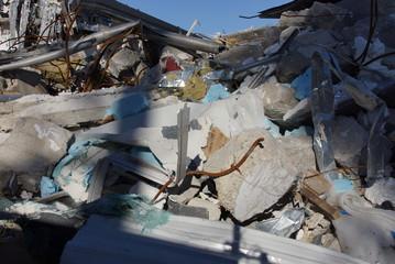 Fototapeta ruiny ,nalot ,bomba , wyburzanie domów , rozbiórka budynków , huragan , gruzowisko , po nalocie bombowym , trzęsienie ziemi obraz