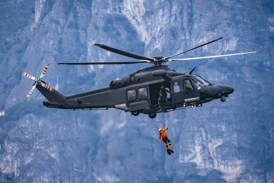 Elicottero militare AW149 con soccorritore al verricello