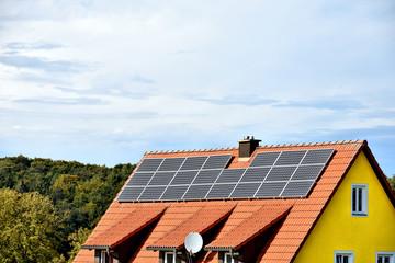 Wohnhausdach mit Solarzellen