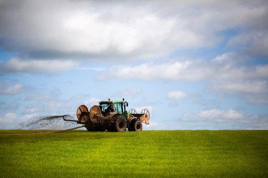 Tractor abonando el campo