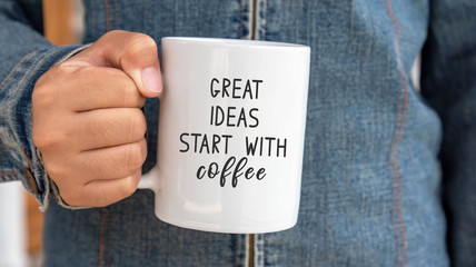 Poster Positive Typography Inspirational quote on coffee mug - Great ideas start with coffee.