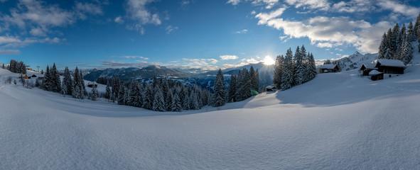 Fototapete - Tief verschneite Winterlandschaft